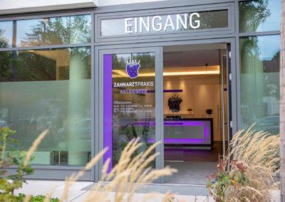 Beschriftung Schaufenster Schaufensterbeschriftung Glasdekorfolie Sichtschutzfolie Zahnarztpraxis Beer München Brei Werbetechnik Wasserburg