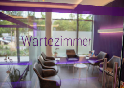 Beschriftung Glasdekorfolie Sichtschutzfolie Zahnarztpraxis Beer München Brei Werbetechnik Wasserburg